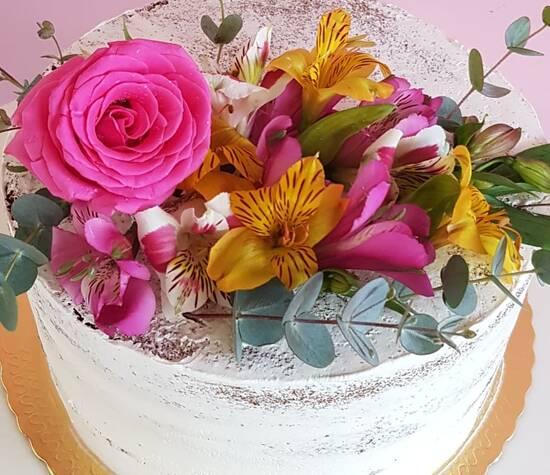 Bolo semi naked cake com flores naturais coloridas
