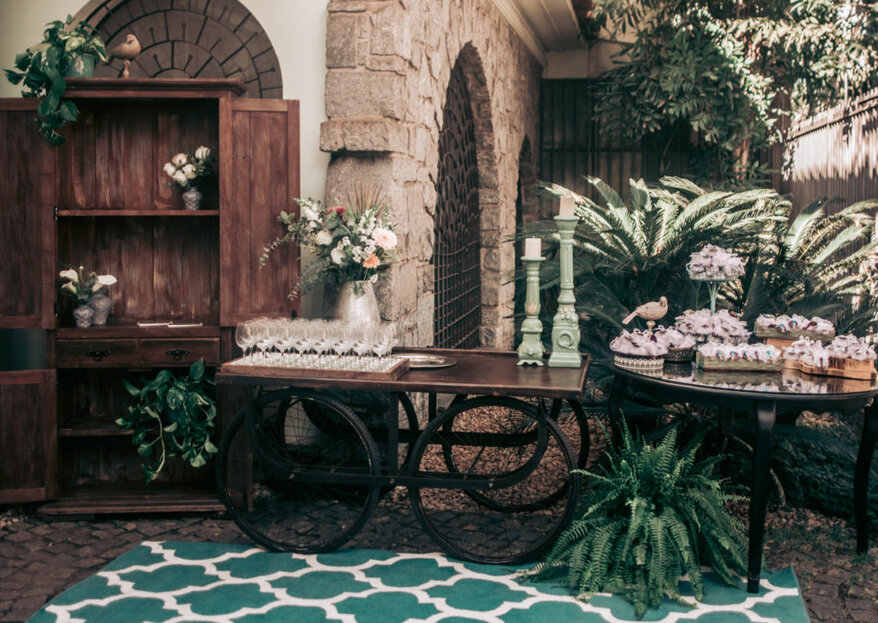 Se você ama obras de arte, objetos de design, peças garimpadas, arte urbana e quintal com jabuticabeira, tudo harmonicamente misturado, conheça a Casa Ateliê. Você vai sonhar com o seu mini wedding nesse espaço!