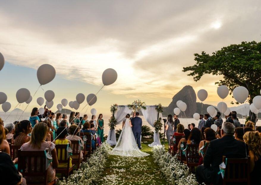 Camila & Marcelo: cerimônia ao ar livre no pôr do sol com o visual incrível do Zéfiro Eventos, em Niterói, e linda decoração com estilo clássico assinada por Samantha Maia
